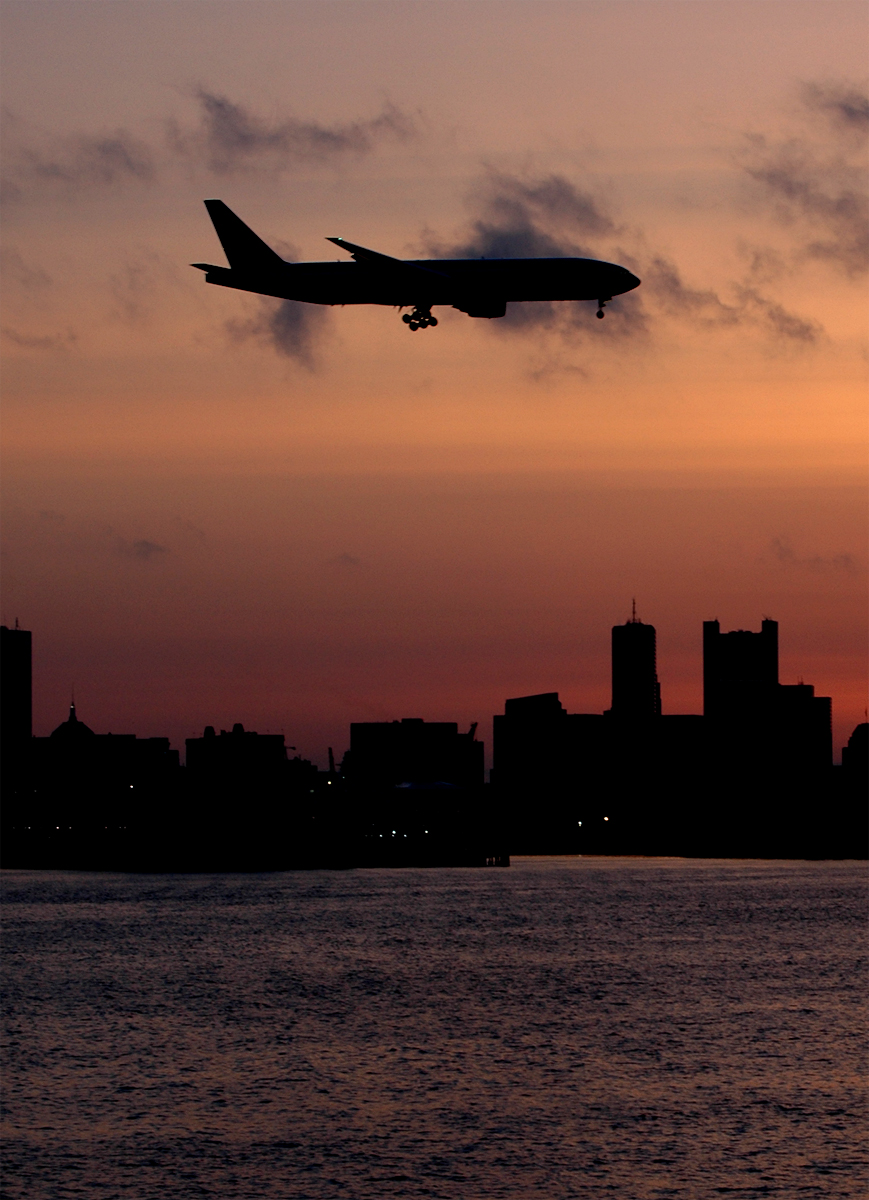 http://jkwd.com/airliners/prescreen/AAL772-sunset%20on%20skyline-vertical-sm.jpg